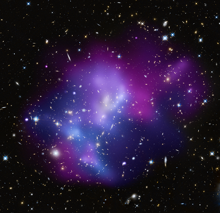 Collision entre quatre amas de galaxies photographiée par les télescopes Chandra et Hubble
